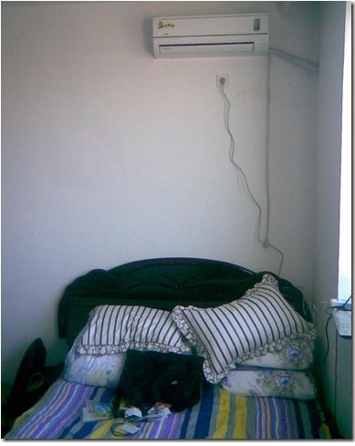 俩老爷们挤一张床,真不爽。