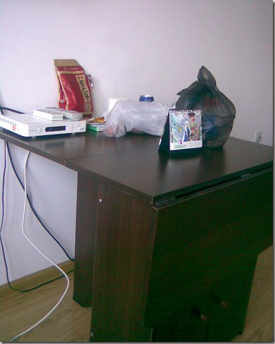 他俩不再的时候收拾了一下桌子,那个台历是我带的。  当然现在桌子已经回归到面目全非的地步了。